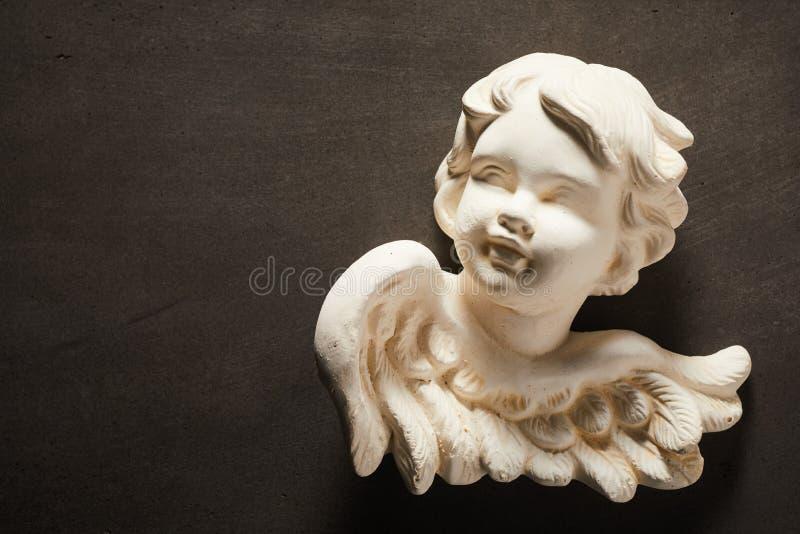 与天使小雕象的精神概念  免版税库存照片
