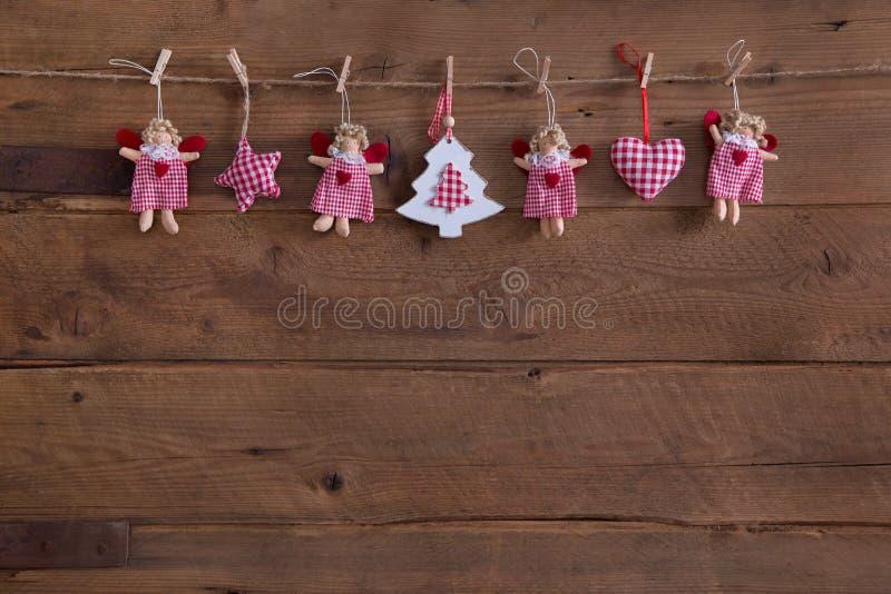 与天使的手工制造乡村模式的圣诞节装饰,担任主角  免版税图库摄影
