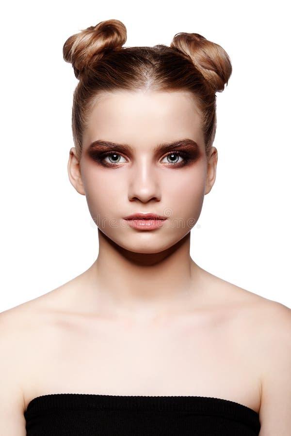 与天构成和小圆面包头发的青少年女性秀丽画象 图库摄影