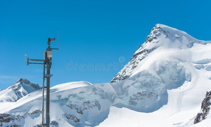 与天气测量的雪山 库存照片