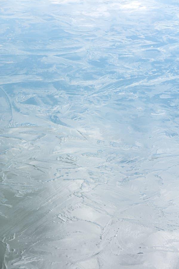 与天空反射的发光的冷的冰冷的表面 在冰的弗罗斯特样式 免版税库存照片