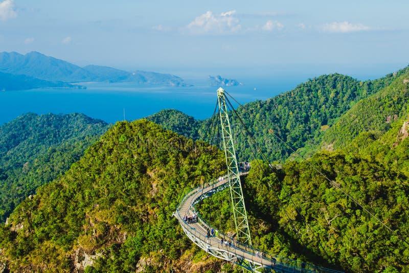 与天空桥梁的惊人的空中风景,标志凌家卫岛,马来西亚 冒险假日 现代技术 旅游胜地 Tra 免版税库存图片