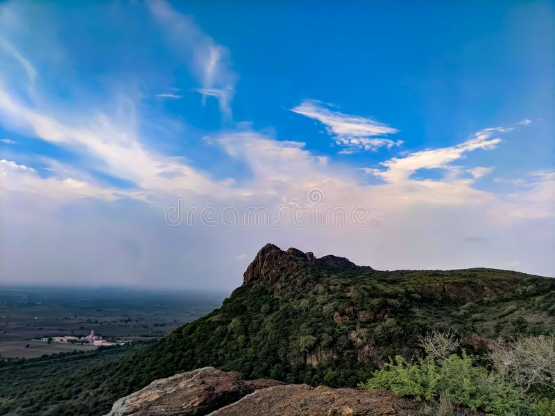 与天空的伟大的山 图库摄影