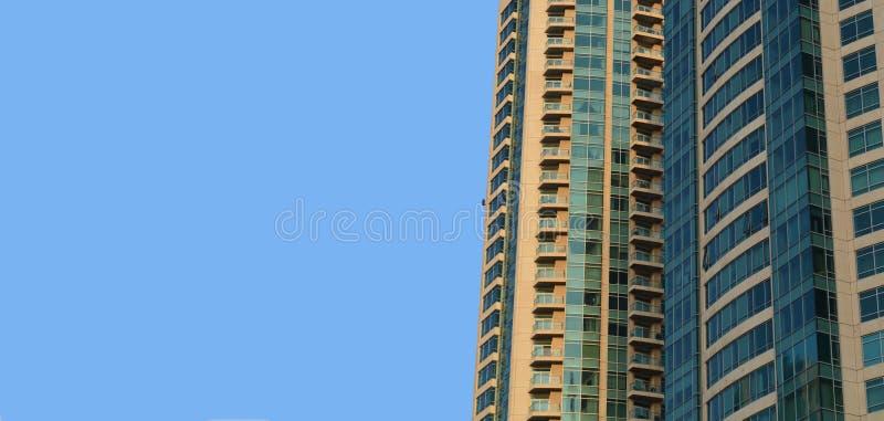 与天空的现代大厦背景 免版税库存照片