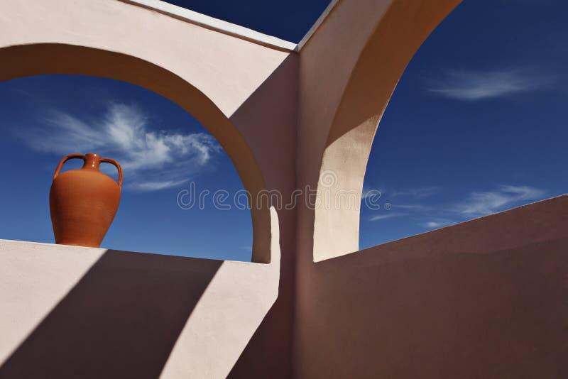 Download 与天空的疼痛 库存照片. 图片 包括有 曲拱, 橙色, 影子, 拱道, 天空, 夏天, 形成弧光的, 瓶子 - 22358878