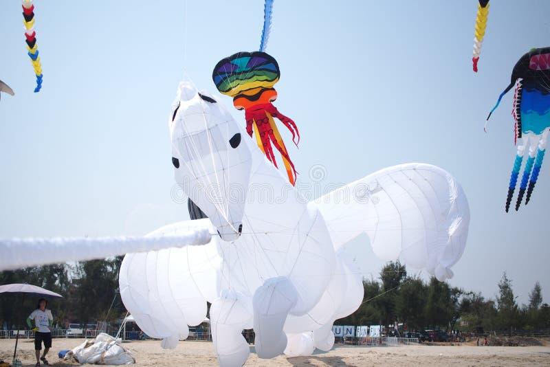 与天空的白马风筝 免版税库存照片