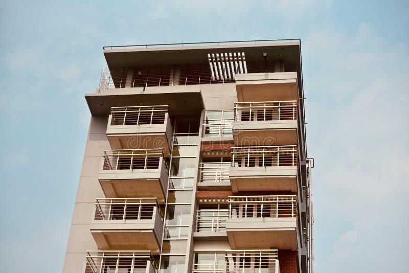 与天空背景照片的时髦的现代建筑大厦 库存照片