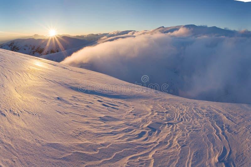 与天空蔚蓝华美的冬天日落的山风景全景在山,阿尔卑斯 五颜六色的室外场面,圣诞节 免版税库存图片