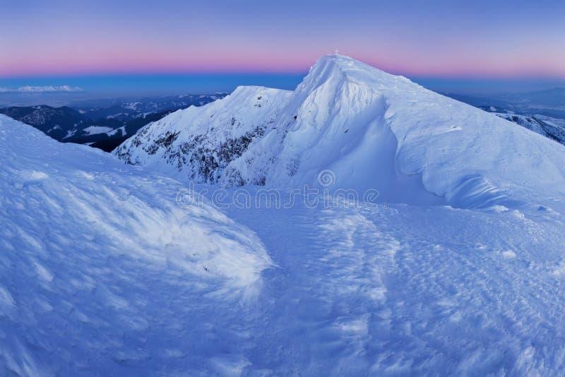 与天空蔚蓝华美的冬天日落的山风景全景在山,阿尔卑斯 五颜六色的室外场面,圣诞节 库存图片