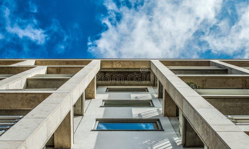 与天空蔚蓝和云彩的现代办公楼 库存图片