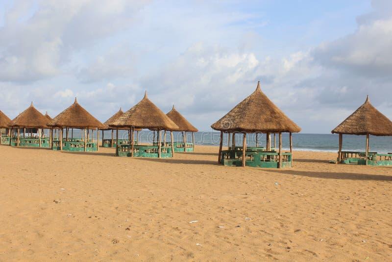 与天空蔚蓝和沙滩的海滩小屋 免版税库存照片