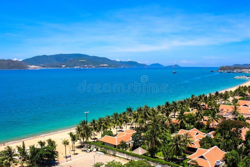 与天空蔚蓝和白色沙滩的芽庄市海湾 图库摄影