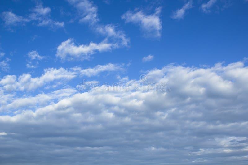 与天空蔚蓝和白色蓬松云彩的Cloudscape图象 免版税库存图片