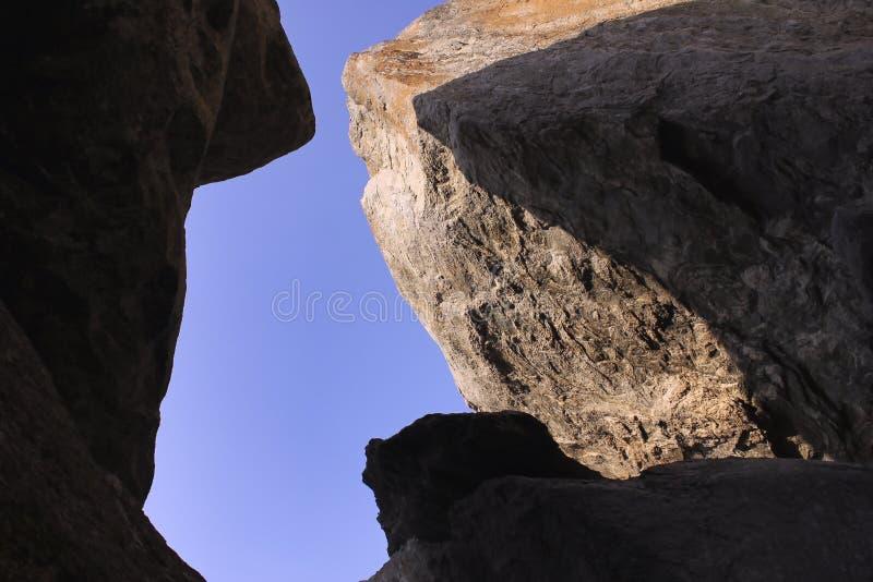 与天空蔚蓝的岩石上面 图库摄影