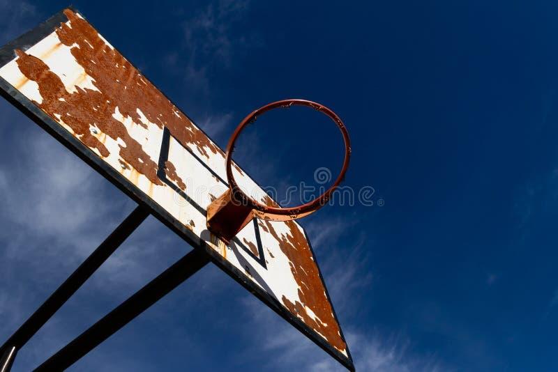 与天空蔚蓝的户外篮球 免版税库存图片