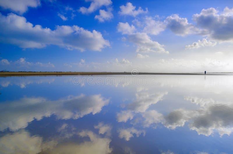 与天空蔚蓝的海滩 免版税库存照片