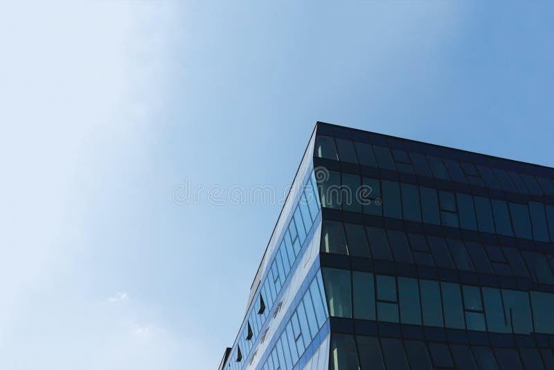 与天空蔚蓝的现代玻璃商业中心大厦在背景 图库摄影