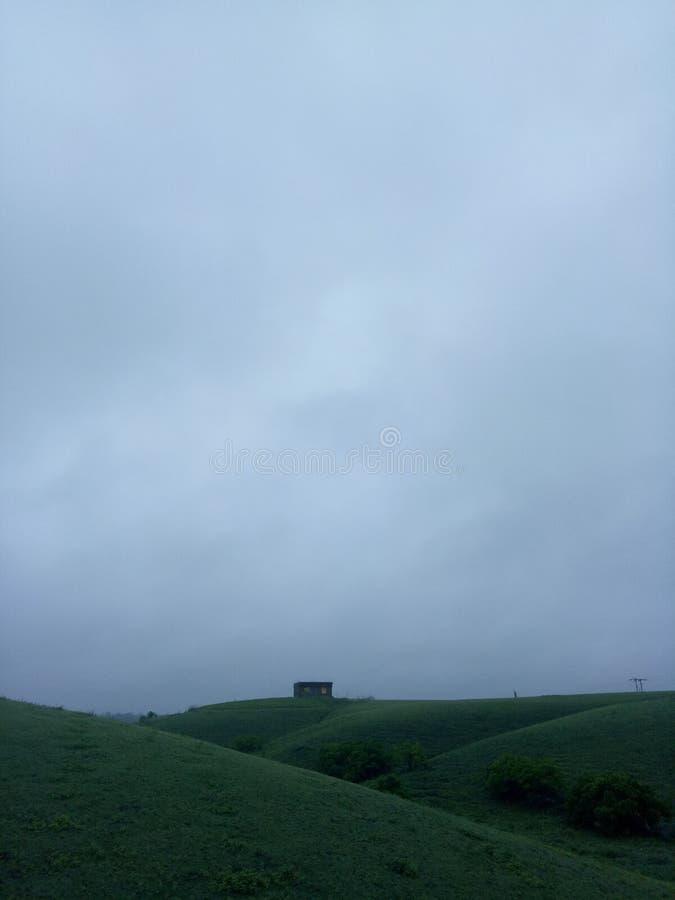 与天空蔚蓝的绿色山,hd绿色墙纸和背景 库存图片
