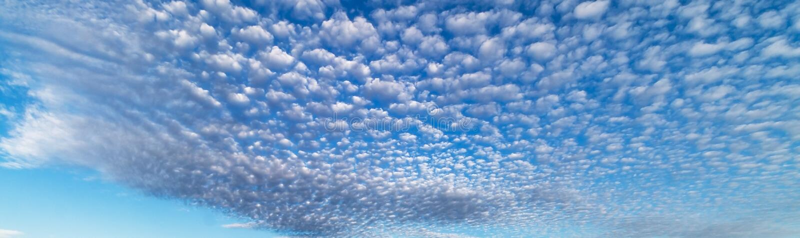 与天空蔚蓝的起波纹的Cloudscape形成 库存图片