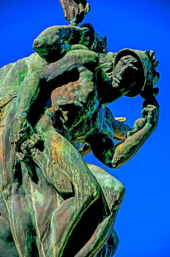 与天空蔚蓝的铜雕塑 免版税图库摄影