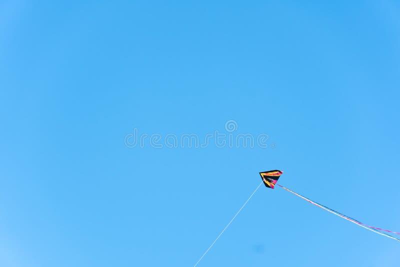 与天空蔚蓝的风筝飞行在背景 免版税库存图片