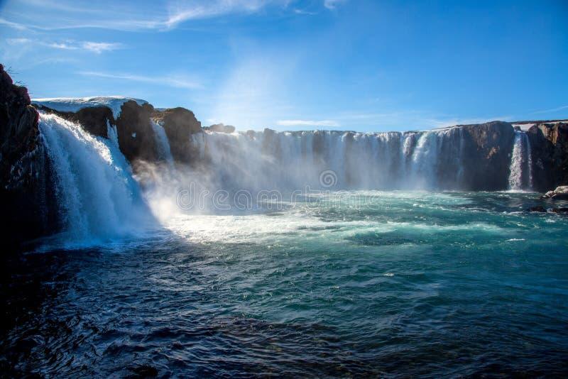 与天空蔚蓝的Godafoss瀑布在冰岛 免版税库存照片