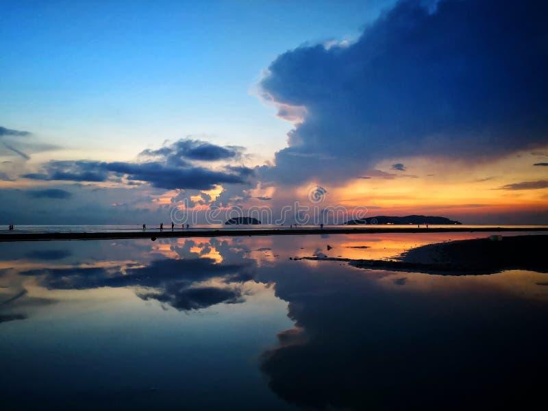 与天空镜子的美好的日落 免版税图库摄影