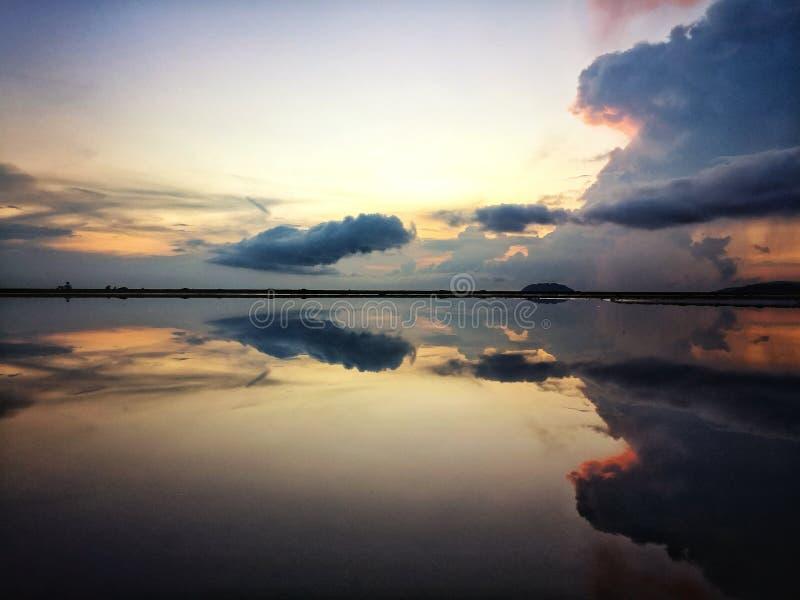 与天空镜子的美好的日落 库存图片