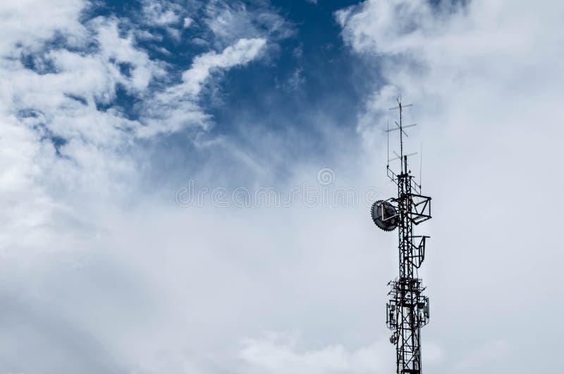 与天线和云彩的塔 免版税库存图片