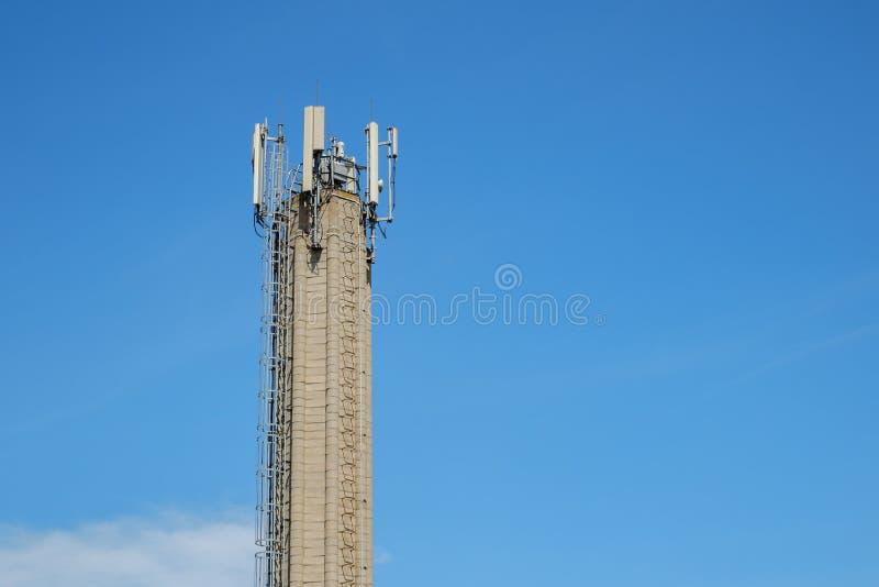 与天线的电信具体塔 免版税库存图片