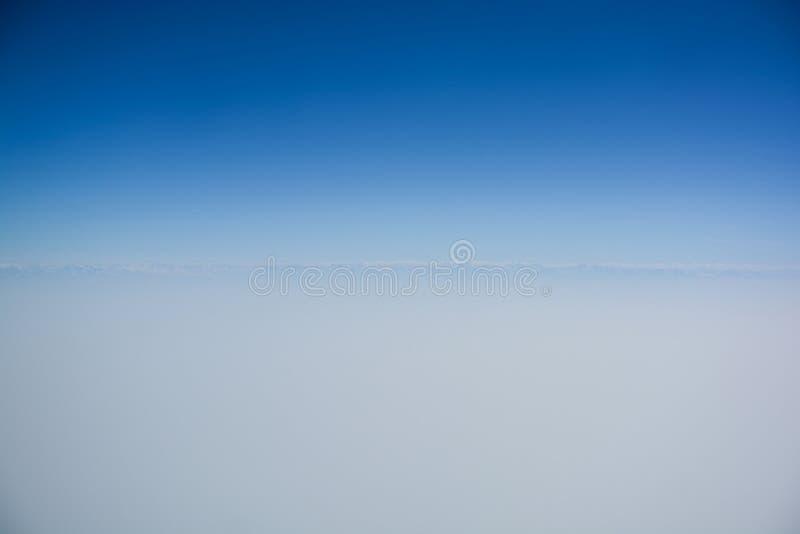 与天际线的清楚的蓝天 免版税库存图片