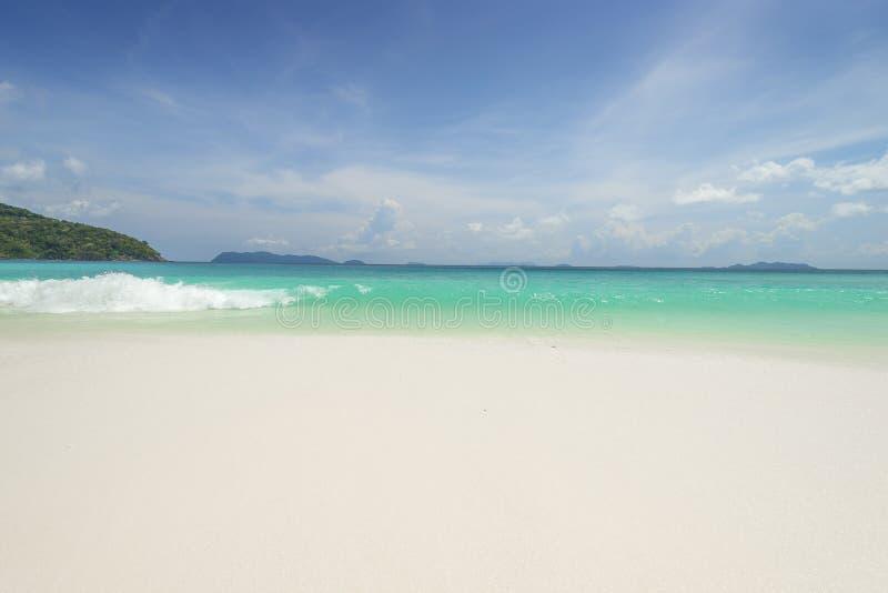 与天际蓝色s的海视图美好的热带海滩背景 免版税库存图片