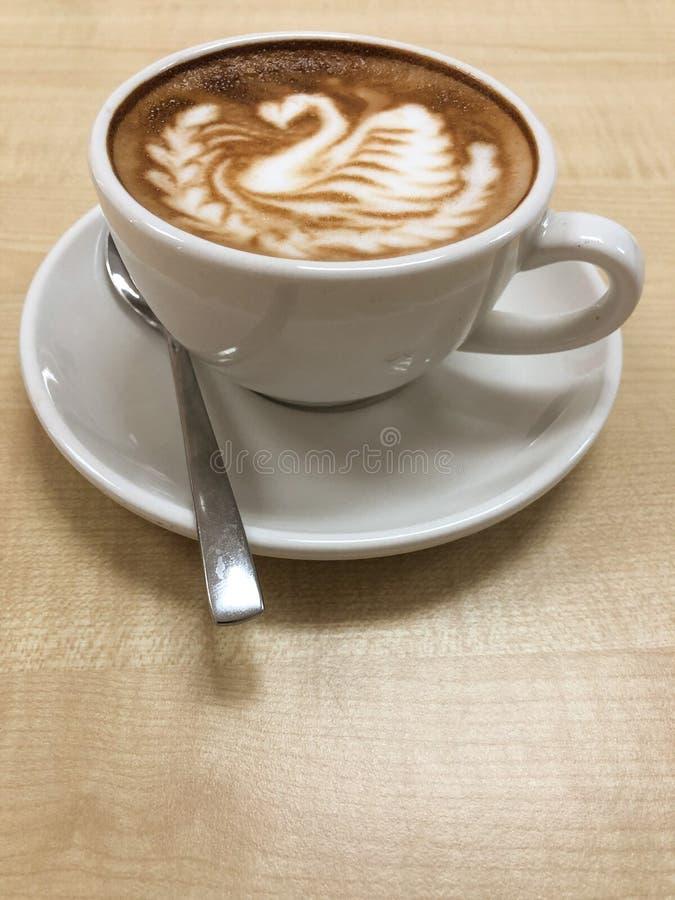 与天鹅设计的热的咖啡热奶咖啡拿铁艺术 免版税库存图片