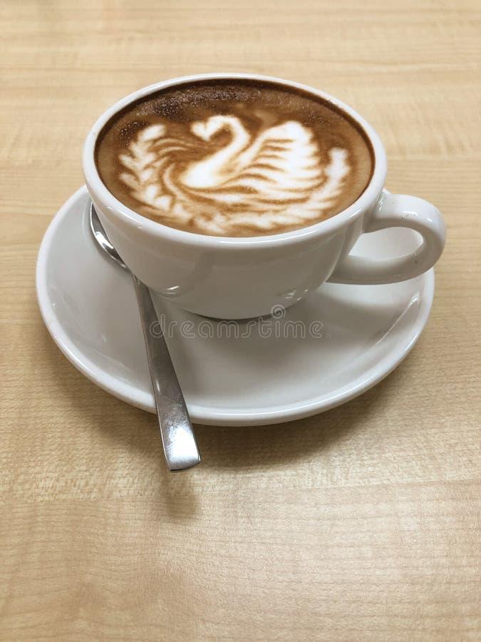 与天鹅设计的热的咖啡热奶咖啡拿铁艺术 库存图片