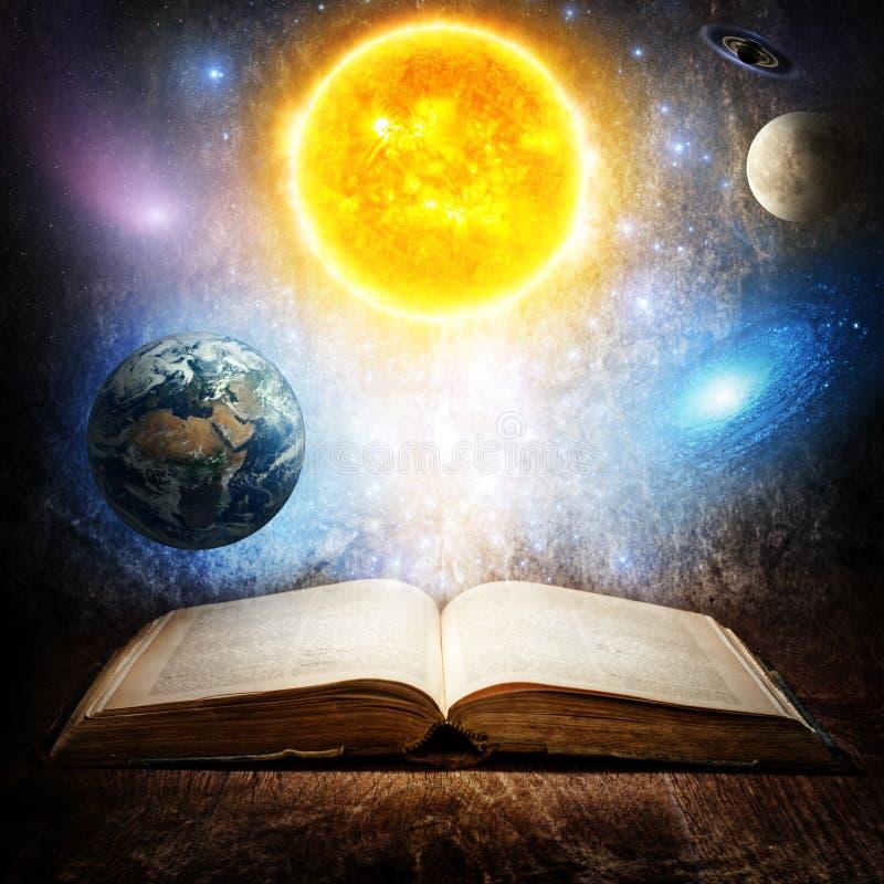 与太阳、地球、月亮、土星、星和星系的被打开的不可思议的书 在天文或幻想题目的概念  此的元素 免版税图库摄影