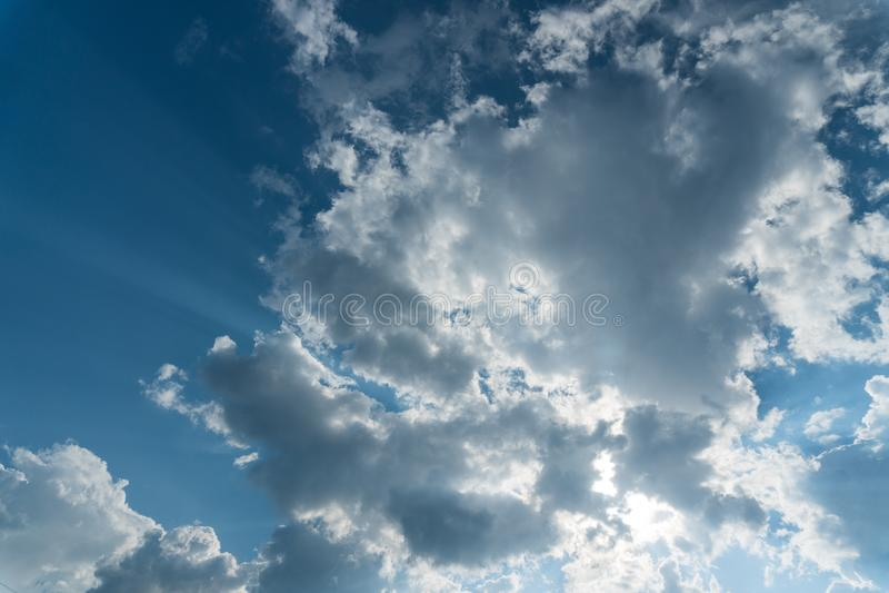 与太阳光芒的云彩 图库摄影