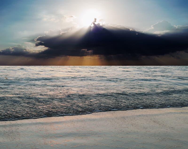 与太阳光芒的海和海滩风暴 库存照片