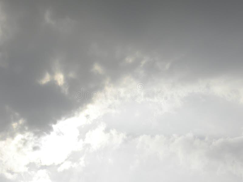 与太阳光芒的深灰云彩 库存图片