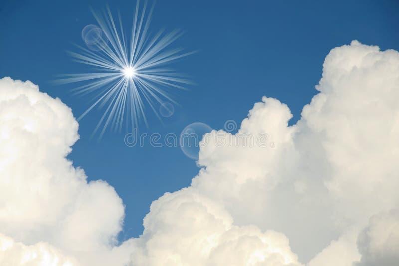 与太阳光芒的白色云彩 免版税库存图片