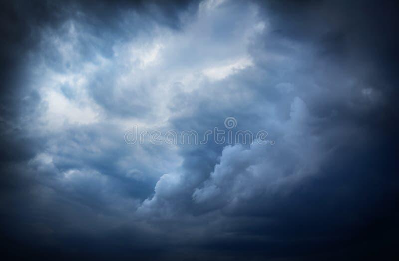 与太阳光芒的美丽的黑暗的风暴天空 免版税图库摄影