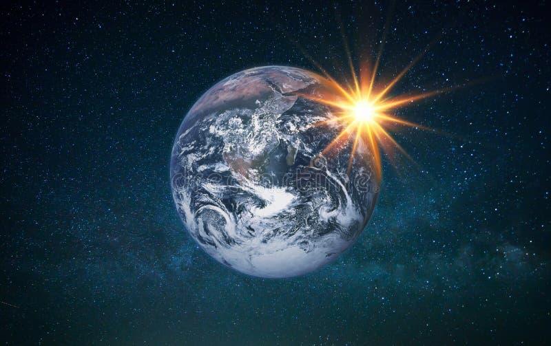 与太阳光芒的行星地球在满天星斗的天空 与太阳的地球在空间 库存例证