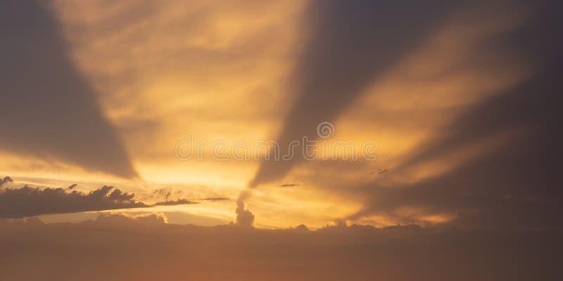 与太阳光芒的Cloudscape 库存图片