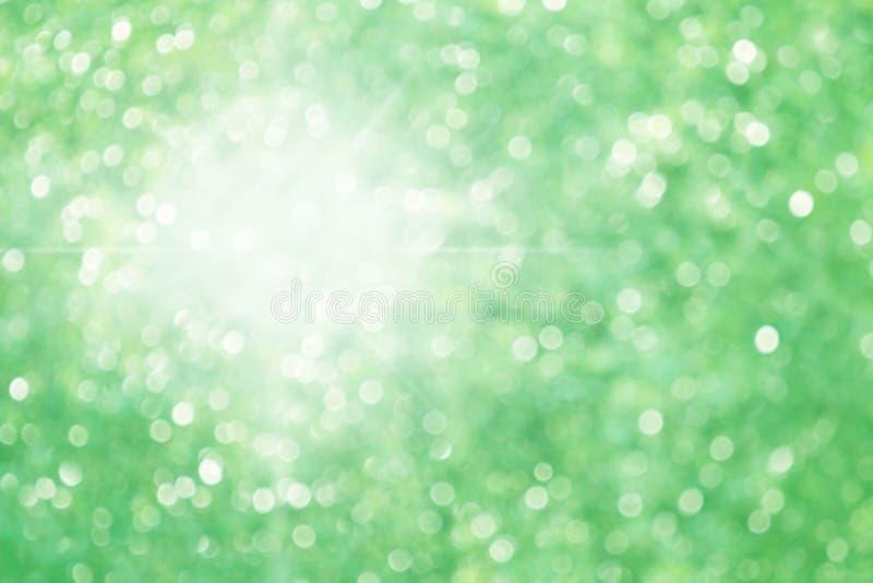 与太阳光,点燃绿色自然森林bokeh作用自然的美好的轻的背景阳光的绿色bokeh背景 库存图片