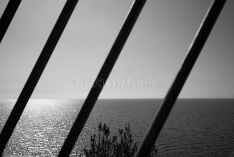 与太阳反射的海景在海通过钢棍 库存图片