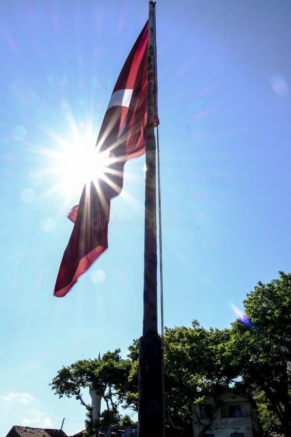 与太阳发光的土耳其旗子 库存图片