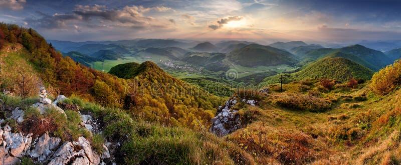 与太阳和阴级射线示波器的绿色春天斯洛伐克山自然风景 库存图片