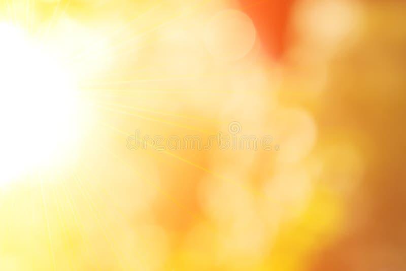 与太阳和bokeh的自然晴朗的抽象夏天背景 弄脏与太阳光芒的秋季自然本底 免版税库存照片