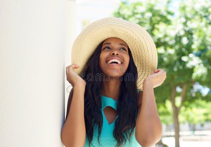 与太阳帽子的微笑的非裔美国人的模型 免版税图库摄影