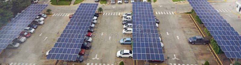 与太阳电池板的停车场在屋顶 免版税图库摄影