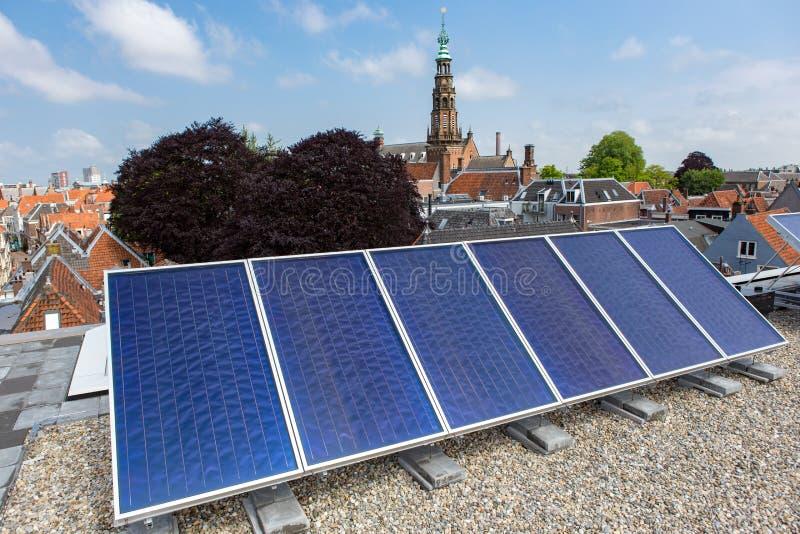 与太阳电池板的能量在屋顶在莱顿 免版税库存图片